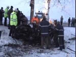 Trei tineri au murit pe loc, după ce maşina în care se aflau s-a strivit de un copac