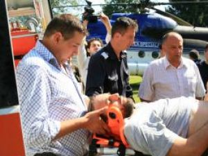 Ştefan Belmega, preluat de ambulanţieri de la elicopter şi dus la spital la Rădauţi. Foto: Corneliu Cârdeiu