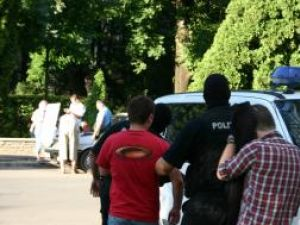 Preluati sub escortă de mascaţii politiei