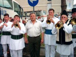 Primarul Loghin Saviuc între membri fanfarei din Calafindeşti