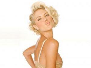 Heidi Klum îşi potoleşte pofta de dulciuri cu balsam de buze