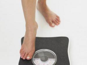 Folosiţi un cântar care măsoară atât masa de grăsime, cât şi masa musculară. Foto: TETRA IMAGES