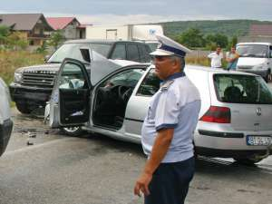 Autoturismul VW a fost proiectat pe contrasens, lovind frontal Range Rover-ul în care se aflau Jeni Mandachi şi soţul său. Foto: Monitorul de Botoşani