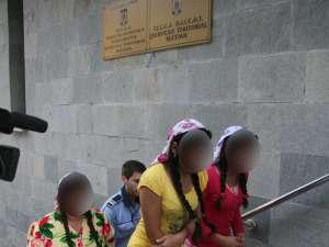 Ţigăncuşa răpita (cea în roşu) şi cealaltă fată cu care se afla în momentul răpirii, aduse la Parchet pentru a fi audiate