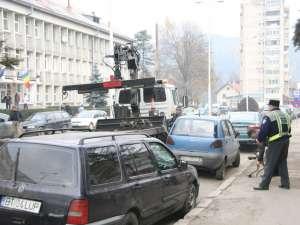 Matiz-ul ales pentru a fi ridicat, dintre alte maşini parcate nelegal