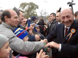 Băsescu: Vă îndemn, ca semn al mândriei de a fi român, să arboraţi steagul naţional. Foto: Sorin LUPŞA