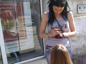 În plină stradă, în centrul municipiului Vatra Dornei, Lavinia Racz a forţat-o pe adolescentă să îngenuncheze