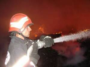Incendiu la acoperişul unui bloc din Câmpulung Moldovenesc