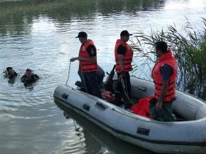 Scafandrii au constatat că apa are adâncimi de până la 10 metri, provocate de săpături
