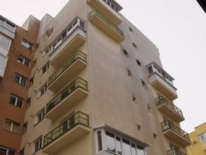 Blocul în care locuia bărbatul şi din balconul căruia s-a prăbuşit în gol