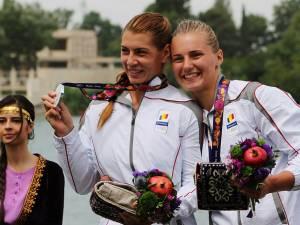Elena Meroniac (dreapta) şi Roxana Borha, cu medaliile de argint cucerite la Baku, la Jocurile Europene