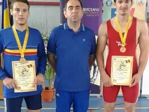 Cei doi medaliaţi de la LPS Suceava, Adrian Agache şi Teodor Chira alături de antrenorul Valerică Gherasim