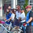 Alături de bicicliste sunt bine-veniţi şi bărbaţii, cu condiţia să vină îmbrăcaţi în kilt. Foto: Elena Caraciuc