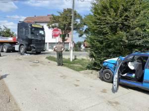 Un autoturism a acroşat un tir la Ilişeşti, un tânăr rănit fiind transportat la spital