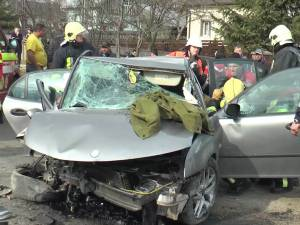 Şoferul a pierdut controlul asupra volanului, iar maşina a părăsit carosabilul, lovind timpanul unui podeţ