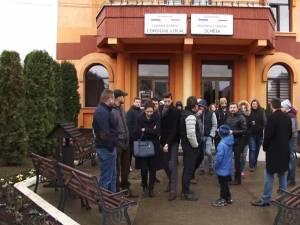 Oamenii s-au adunat la Primăria Şcheia, în încercarea de a găsi soluţii pentru rezolvarea problemelor pe care le au cu câteva familii de romi din comună
