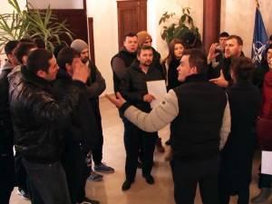 Pe 12 martie, peste o sută de locuitori din Şcheia s-au adunat în faţa primăriei, revoltaţi de problemele create de câteva familii de romi