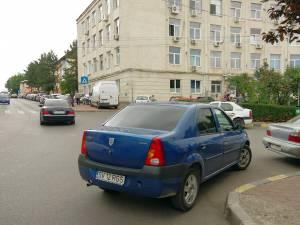 Parcarea în bătaie de joc din fața Policlinicii Areni din Suceava