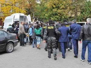 Megadosarul demarat în urmă cu cinci ani de procurorii din Braşov şi care îi priveşte şi pe mai mulţi şefi de tren şi conductori din Suceava se soluţionează în hopuri mici