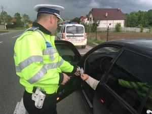 O tânără care urmează o şcoală de şoferi şi tată ei s-au ales cu dosar penal după ce aceasta a fost prinsă conducând o maşină