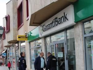 Executorul judecătoresc Sarmis Câmpulungeanu, însoţit de doi jandarmi, a venit să execute silit Garanti Bank