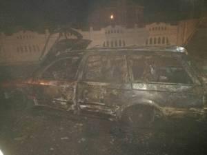 Maşină distrusă de flăcări