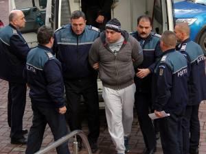 Alexandru Huțuleac, în timp ce era dus în fața magistraţilor de la Tribunalul Suceava, cu propunere de arestare preventivă