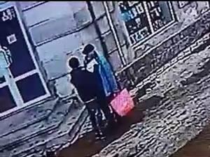 Câteva secunde i-au fost suficiente hoţului sexagenar pentru a-i fura portofelul victimei, în plină stradă