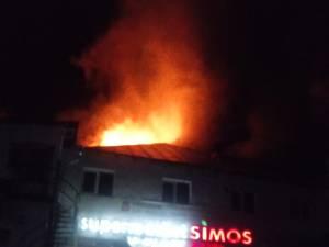 Incendiu puternic la Complexul comercial din  Broșteni