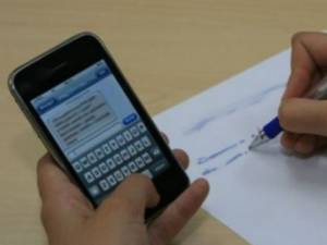 A fost surprins încercând să copieze cu telefonul mobil la simularea bacului