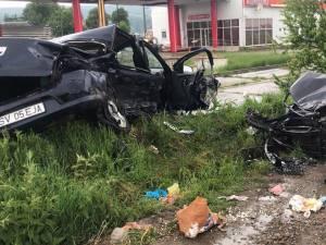 Autoturismul Dacia Logan, lovit violent din lateral, este cel în care s-au aflat cei doi bătrâni care au murit