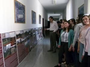 """Dr. Mugur Andronic a vernisat  expoziția la Colegiul Naţional """"Mihai Eminescu"""" din Suceava"""
