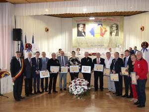 """Premianţii ediţiei din acest an a Festivalului """"Mihai Eminescu"""" şi cetăţenii de onoare ai comunei Dumbrăveni"""