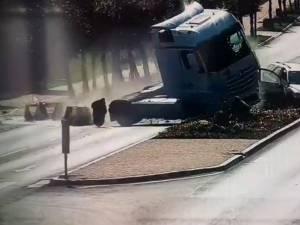 Vehiculul greu care venea dinspre sensul giratoriu a sărit peste scuar și a ajuns pe contrasens