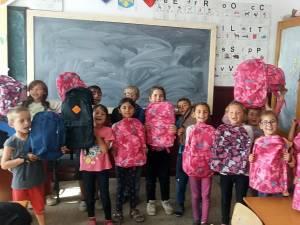Donații de ghiozdane, penare, caiete, uniforme noi pentru copiii săraci din satele Basarabi și Bahna Arini