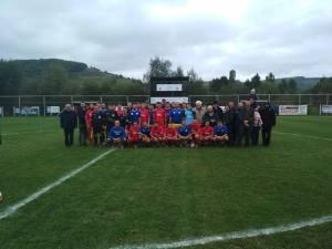 Fotografie de grup cu turiștii străini, la finalul partidei de liga a IV-a dintre Șomuzul Preutești și ASA Rarău Câmpulung Moldovenesc