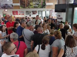 """Pasagerii zborului de ieri Suceava-Roma au scandat """"Hoții"""", """"Vrem avion"""", """"Noi de aici nu plecăm"""""""