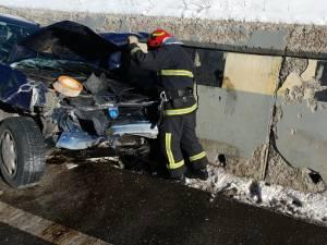 În urma impactului, cei doi soţi din autoturismul avariat au fost răniți
