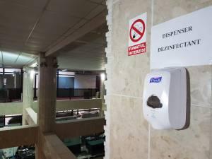 Primăria Suceava a instalat automate cu dezinfectat pe toate palierele