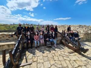 """Voluntarii ATOS au participat la o """"lecție de istorie - altfel"""", la Cetatea de Scaun a Sucevei"""