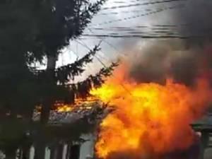 Incendiu extrem de violent, extins la trei case, la Sucevița