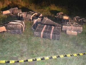 Polițiștii de frontieră au făcut o confiscare mare de țigări, însă, ca de obicei, nu i-au putut prinde și pe cărăuși