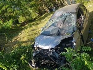 Maşina s-a răsturnat la o diferenţă de nivel de aproximativ 7 metri, suferind avarii serioase