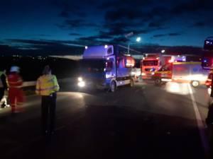 Accident rutier între un autoturism și o autocisternă încărcată cu apă. Patru persoane sunt transportate la spital