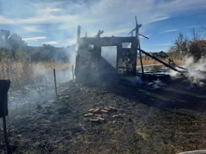 A dat foc frunzelor uscate și i-a ars casa și un șopron