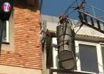 Ţurţuri care riscau să cadă în capul oamenilor, în centrul Sucevei, daţi jos de pompieri
