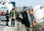 Traficul pe DN 17, blocat după ce o cisternă cu combustibil s-a răsturnat