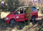 Taximetrist în comă după ce s-a izbit cu mașina într-un copac şi într-un gard