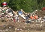 Groapă de gunoi lângă case şi biserică, la Fântânele