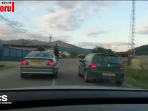 Polițiști în urmărire, ținuți pe loc de două mașini care le stau în față